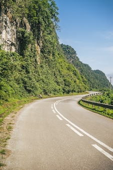 산의 측면을 통해 구불 구불 한 도로의 수직 이미지