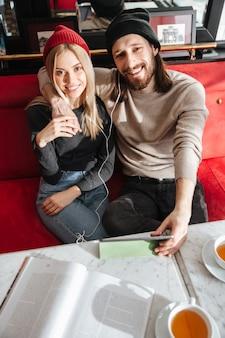 タブレットコンピューターとカップルの垂直方向の画像