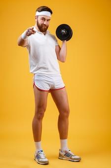 Вертикальное изображение спортсмена с гантелями