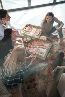 家の中で5人の友人と話す垂直画像