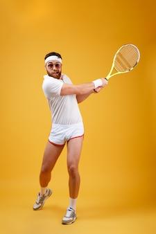Immagine verticale di sportivo giocando a tennis