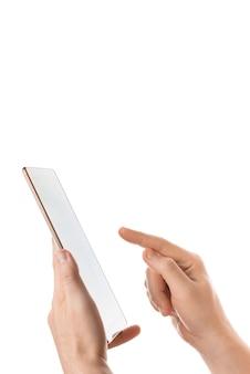 白い背景の上のタブレットを保持している手の垂直分離ショット