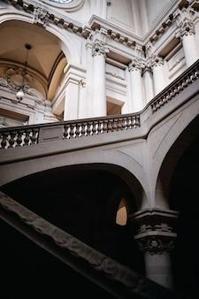 Roubaix, 프랑스의 콘크리트 계단과 아름다운 조각이있는 건물의 수직 낮은 각도 샷