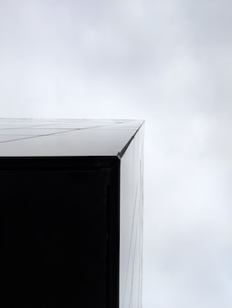 高層三角ビルの垂直ローアングルショット