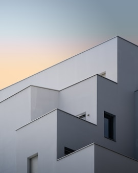 白いコンクリートの建物の垂直ローアングルショット