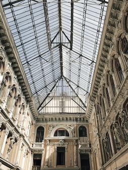 彫刻が施された壁のあるガラスで作られたオデッサ通路の天井の垂直ローアングルショット