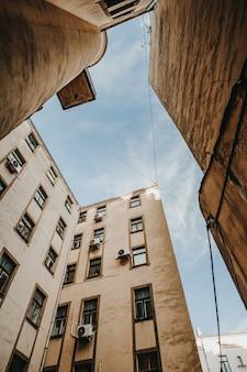아름다운 오래된 석조 건물의 수직 낮은 각도 샷