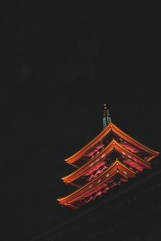 Вертикальный низкий угол выстрела храма сэнсо-дзи в токио, япония в ночное время