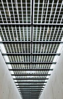 コンクリートの建物の金属天井の垂直ローアングルショット