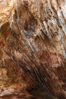 山の風化した石のパターンの垂直ローアングルショット