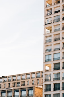 Colpo verticale di angolo basso di un edificio residenziale con bei balconi