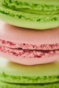 パステルカラーの美味しいマカロンを縦に並べたマクロ撮影