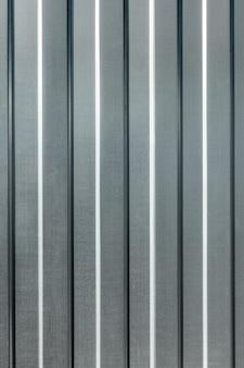 亜鉛メッキプロファイルフローリングで作られた垂直金属シート金属の背景のパターン