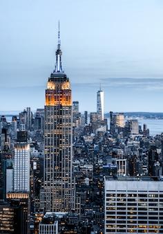 Вертикаль городского пейзажа с высокими небоскребами в нью-йорке, сша