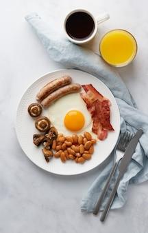 Вертикальный вкусный ирландский завтрак классической ирландской кухни на белой тарелке