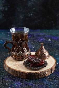 熱いお茶と乾燥した日付の垂直