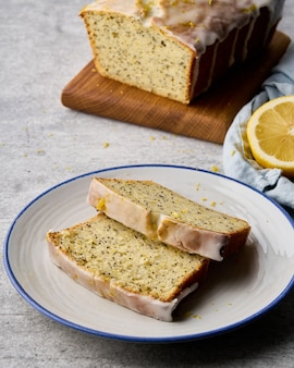 Вертикаль нарезанного белого глазурованного лимонного хлеба с апельсиновой цедрой и маком