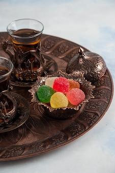 伝統的なお茶のテーブルの垂直。お茶とマーマレード