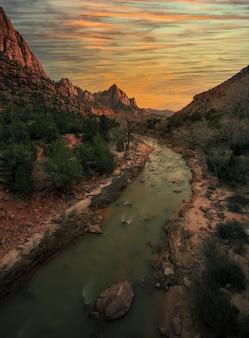 日没時に川が流れるザイオン国立公園の垂直