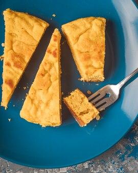 Вертикальное фото кабачка и прибрежного сырного торта. колумбийская кухня