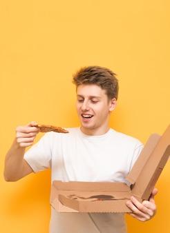 Вертикальное фото удивленного парня на желтом