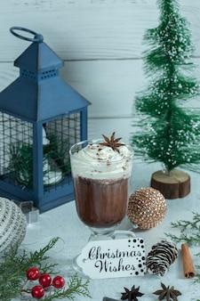 크리스마스 장식과 신선한 초콜릿 아이스크림의 세로 사진.