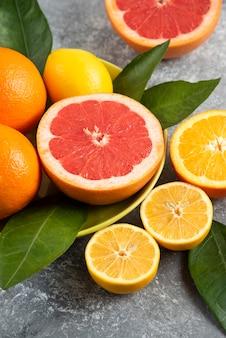 新鮮な有機果物の縦の写真。レモンとオレンジのグレープフルーツ。