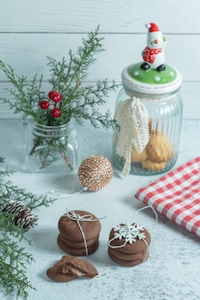 크리스마스 장식과 수 제 초콜릿 쿠키의 세로 사진.