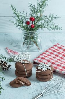 크리스마스 기간 동안 만든 신선한 쿠키의 세로 사진입니다.