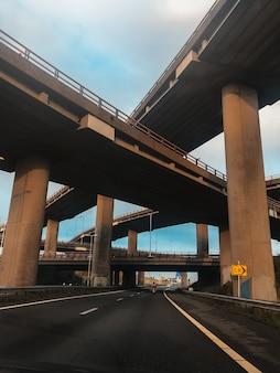 Вертикальное фото современных автомобильных мостов.