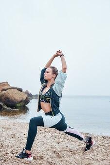 Вертикальное фото сильной женщины-спортсмена-инвалида с протезом ноги