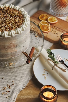 Вертикальное изображение белого вкусного рождественского торта с орехами и мандарином