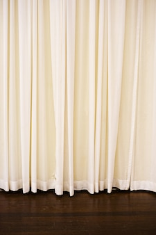 조명 아래 바닥 위에 매달려있는 라이트 커튼의 세로 사진