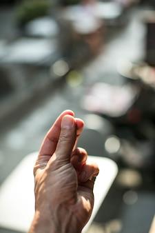 흐린 배경과 보케 효과가있는 조명 아래에서 손가락을 스냅하는 세로 사진