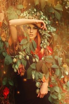 森の秋のカメラを見てホップと魅力的な若い女の子の縦の肖像画