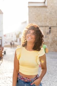 アンダルシアを観光するスペインの日焼けした女性の縦の肖像画。旅行と休日のコンセプト。