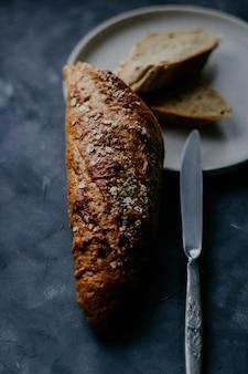접시에 구운 빵의 수직 선택적 근접 촬영 샷
