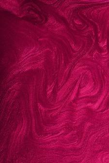 Вертикальный мерцающий пурпурный абстрактный фон. великолепный монохромный цвет. концепция макияжа. красивые пятна жидких лаков для ногтей. флюид-арт, техника заливки. подходит для размещения текста или логотипа.