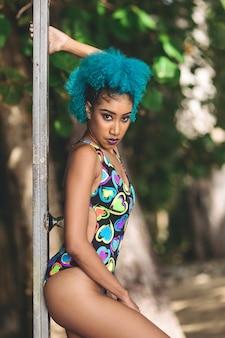 Ripresa verticale di una bellissima donna africana con i capelli blu in posa