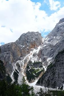 Scatto verticale del bellissimo parco naturale fanes-senes-braies situato in alto adige