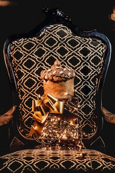 Colpo verticale di un bellissimo regalo romantico su una sedia di fantasia