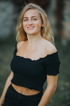 Colpo verticale di bella donna sorridente