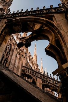 Ripresa verticale di una bellissima vista del duomo di milano e di un antico arco a milano, italia