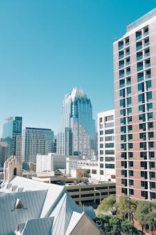 시내 오스틴에있는 수직 샷 건물과 미국 텍사스에있는 고층 유리 건물