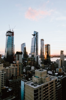 Colpo verticale delle costruzioni e dei grattacieli a new york city, stati uniti