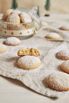 Colpo verticale di biscotti con zucchero in polvere per natale