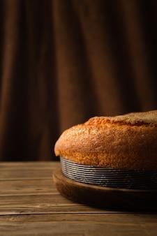 Colpo verticale di un delizioso pan di spagna