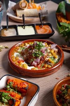 Colpo verticale di un piatto con si incontrano in salsa