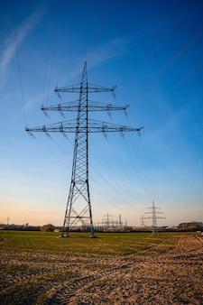 Colpo verticale di un palo elettrico sotto un cielo blu