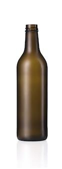 Ripresa verticale di una bottiglia di vetro marrone vuota con un riflesso sotto